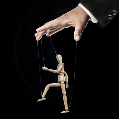 hand-controlling-puppet